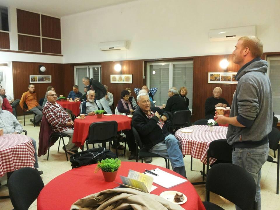 Une réunion de salon Ofek au kibboutz Mishmat Ha'emek (Crédit : Facebook)