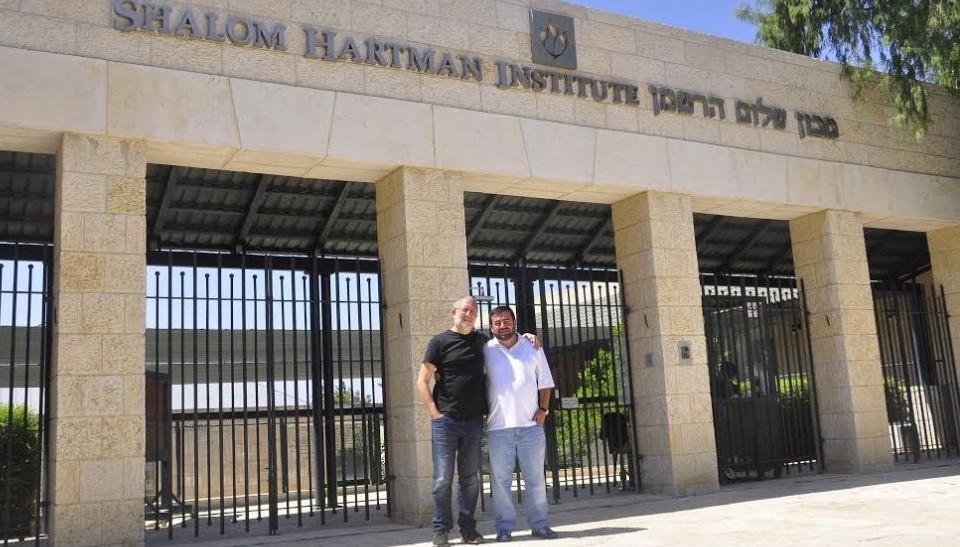 Yossi Klein Halevi et Abdullah Antepli devant l'institut Shalom Hartman à Jerusalem (Courtesy)