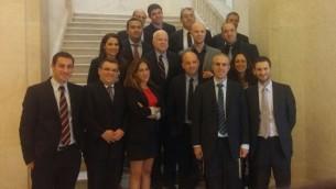 Les correspondants diplomatiques israéliens avec le le sénateur John McCain (centre) à Washington, en août 2015. (Crédit : Autorisation)