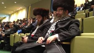 """Des membres de Neturei Karta présents à la 70e Assemblée générale de l""""ONU, le 30 septembre 2015 (Crédit : Raphael Ahren/Times of Israel)"""