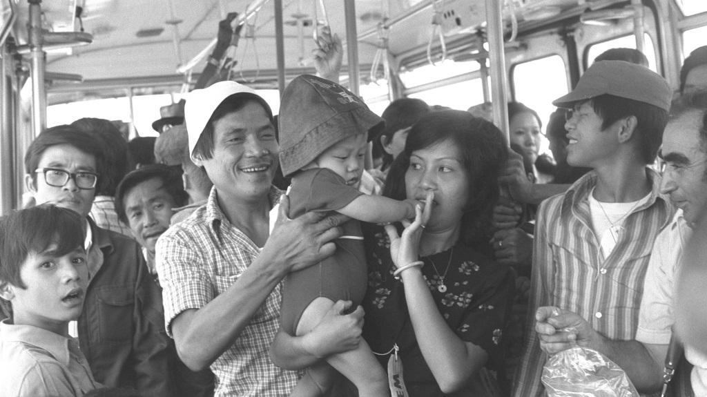 Réfugiés nouvellement arrivés du Vietnam dans un bus de l'aéroport Ben Gurion, le 26 juin 1977 (Moshe Milner/GPO)