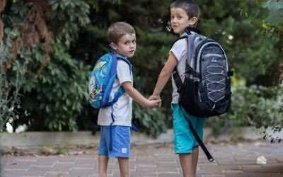 Des enfants israéliens se rendant à l'ecole et à la maternelle pour la rentrée des classes  à Jérusalem le 31 août 2015 (Crédit photo: Yonatan Sindel / Flash90)