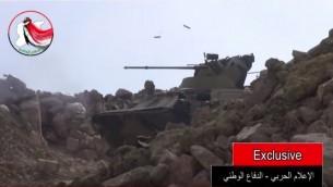 Un véhicule blindé, probablement de Russie, un BTR-82A, lors d'une bataille à Lattaquié, en Syrie, dans une vidéo postée en ligne le 23 août 2015. (Crédit : Capture d'écran YouTube)