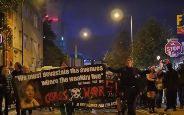 Des manifestants anti-gentrification dans Shoreditch, Londres, le 26 septembre 2015 (Crédit : Capture d'écran YouTube)