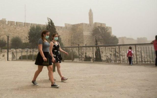 Deux femmes portent un masque la Porte de Jaffa près de la Tour de David dans la Vieille Ville de Jérusalem, le 8 septembre, 2015. (Crédit : Yonatan Sindel / Flash90)