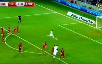 Tomer Hemed marque le troisième but (sur penalty) d'Israël dans un match contre l'Andorre, le 3 septembre 2015 (Capture d'écran YouTube)