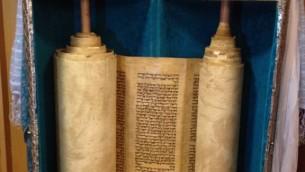 Un rouleau de la Torah vieux de 200 ans utilisé dans la synagogue du ministère des Affaires étrangères (Raphael Ahren / Times of Israel)