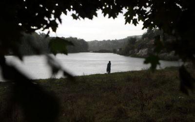 Photo illustrative d'un Juif ultra orthodoxe près de la rivière Umanka à Ouman, en Ukraine, le 4  septembre  2013 (Crédit photo: Yaakov Naumi / Flash90)