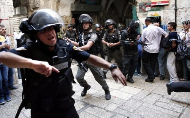 Policiers israéliens utilisant des grenades assourdissantes pour disperser des manifestants palestiniens dans la Vieille Ville de Jérusalem pendant des échauffourées sur le mont du Temple, le 15 Septembre 2015. (Crédit : Thomas Coex / AFP)