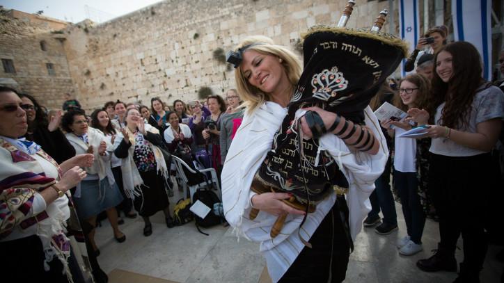 Les femmes dansent avec un rouleau de la Torah pendant qu'elle assistent à un service de prière mensuelle au mur occidental, le site le plus sacré du judaïsme, le 20 avril 2015 (Crédit : Miriam Alster / Flash90)