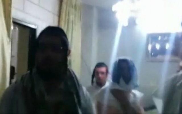 Les étudiants américains de la yeshiva chez  Faiz Abu Hamadiah, le Palestinien qui leur a porté secours à Hébron (Capture écran : Ynet)