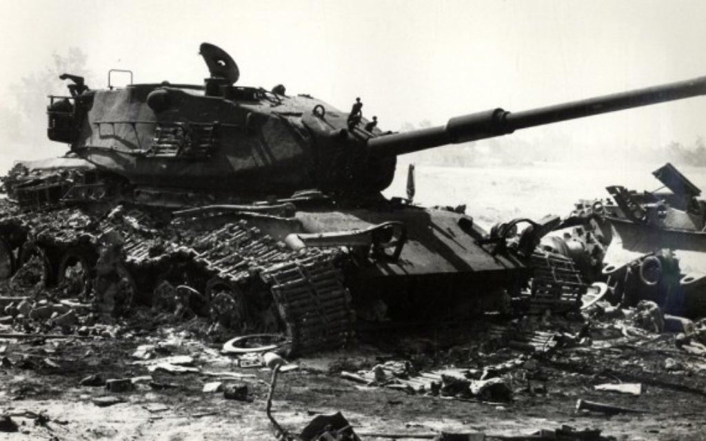 Un char israélien détruit pendant les premiers jours de la guerre de Kippour (Crédit : Wikimedia Commons)