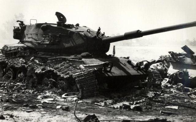 Un char israélien détruit pendant les premiers jours de la guerre de Kippour (Wikimedia Commons)