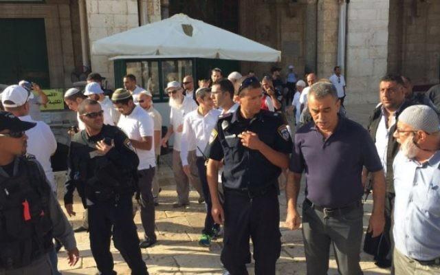 Le député Jamal Zahalka (deuxième à droite) sur le mont du Temple dans la Vieille Ville de Jérusalem, le mardi 29 septembre 2015 (Photo: Autorisation liste arabe unie)
