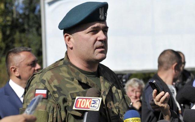 """Le colonel Artur Talik, commandant d'une unité de l'armée, répondant à des journalistes lors d'une conférence de presse le 28 septembre, 2015 Walbrzych où le """"train nazi"""", une légende de la Seconde Guerre mondiale est recherché. La zone où le train nazi est censé être caché est maintenant clôturée et gardée  (Crédit : AFP PHOTO / PIOTR HAWALEJ)"""