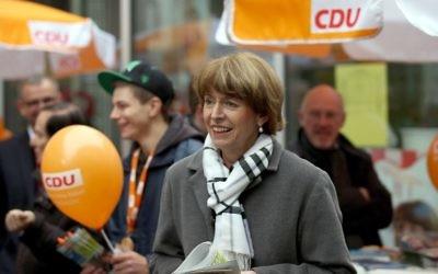 Henriette Reker, une candidate de premier plan pour l'élection du maire de Cologne, en campagne à Cologne, en Allemagne de l'Ouest. Photo prise le 16 octobre 2015. (Crédit : AFP PHOTO / DPA / OLIVER BERG)