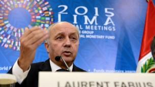 Le ministre français des Affaires étrangères Laurent Fabius participe à une conférence de presse conjointe avec le ministre français des Finances, Michel Sapin et le ministre de l'Environnement du Pérou et de la CdP-20 le président Manuel Pulgar-Vidal (à la fois hors du cadre), à Lima, au Pérou, le 9 octobre, 2015. (Crédit : AFP PHOTO / CRIS BOURONCLE)