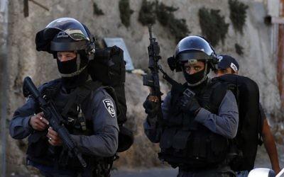 Les agents de la police des frontières israéliens patrouillant dans une rue de Jabel Mukaber après des affrontements dans le quartier en septembre (Crédit : AFP PHOTO / AHMAD GHARABLI)