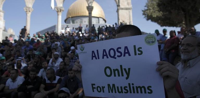 Les Palestiniens manifestent devant le mont du Temple après des affrontements entre des lanceurs de pierres palestiniens et les forces israéliennes sur le mont du Temple le 27 septembre 2015 (Crédit : AFP PHOTO / AHMAD GHARABLI)