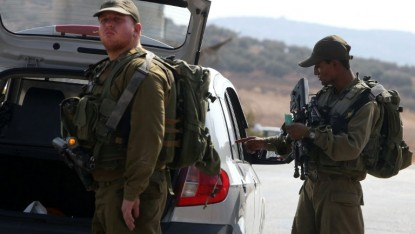 Les soldats israéliens inspectent une voiture palestinienne à un checkpoint près du village cisjordanien de Beit Furik, à l'est de Naplouse le 2 octobre 2015. (Crédit : Jaafar Ashtiyeh/AFP)