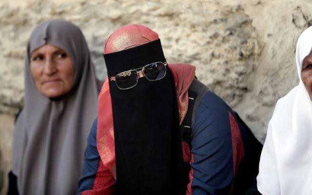 Une femme palestinienne du groupe Murabitat prend part à une manifestation dans le quartier musulman de la Vieille Ville de Jérusalem, le 4 octobre 2015, (Crédit : AFP PHOTO / THOMAS COEX)