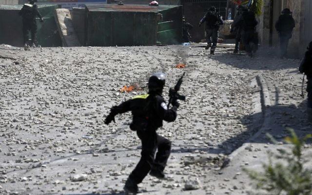 Affrontements entre les forces de sécurité israéliennes et Palestiniens dans le quartier d'Issawiya de Jérusalem Est, le 4 octobre 2015. Illustration. (Crédit : Ahmad Gharabli/AFP)