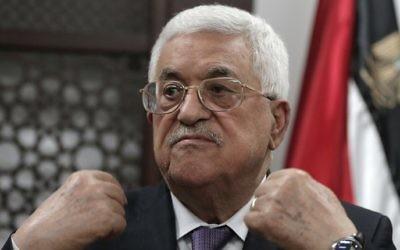 Le président de l'Autorité palestinienne, Mahmoud Abbas avec des journalistes dans son bureau de Ramallah en Cisjordanie, le 6 octobre 2015. (Crédit : AFP / Ahmad Gharabli)
