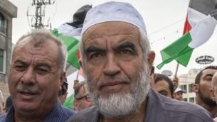 Le dirigeant islamiste Raed Salah pendant une grande manifestation anti-gouvernementale à Sakhnin, le 13 octobre 2015. (Crédit : Jack Guez/AFP)