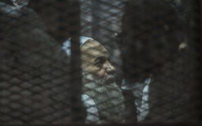 Une photo prise le 3 août 2014 montre Mohammed al-Zawahiri, le frère du chef d'Al-Qaïda Ayman al-Zawahiri, assis dans la cage des accusés lors de son procès et de 68 autres accusés au Caire. Un tribunal égyptien, le 15 octobre 2015 (Crédit : AFP PHOTO / KHALED DESOUKI)