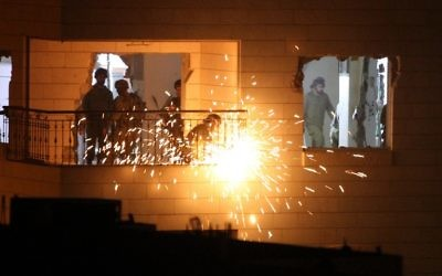 Des soldats israéliens démantèlent la maison de Maher al-Haslamoun à Hébron le 20 octobre 2015. (Crédit : AFP / HAZEM BADER)