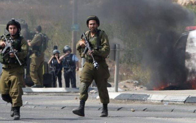 Soldats israéliens au sud de la ville de Hébron en Cisjordanie, le 20 octobre 2015. Illustration. (Crédit : AFP/Hazem Bader)