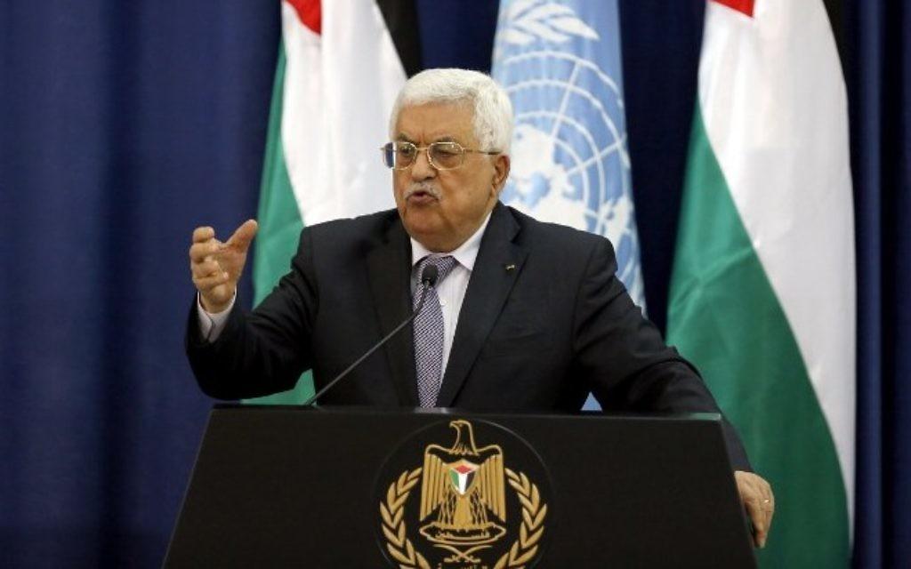 Le président de l'Autorité palestinienne, Mahmoud Abbas, en conférence de presse avec le secrétaire général des Nations unies, Ban Ki-moon, suite à une réunion au palais présidentiel Muqata dans la ville de Ramallah en Cisjordanie, le 21 octobre 2015 (Crédit : AFP / Abbas Momani)