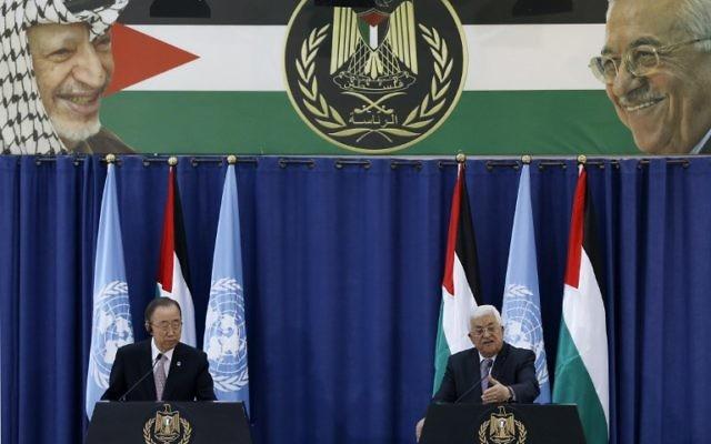 le chef des Nations unies Ban Ki-moon (g tient une conférence de presse avec le président de l'Autorité palestinienne Mahmoud Abbas après une réunion au palais présidentiel de la Mouqataa dans la ville de Ramallah en Cisjordanie, le 21 octobre 2015. (Crédit : AFP PHOTO / ABBAS MOMANI)