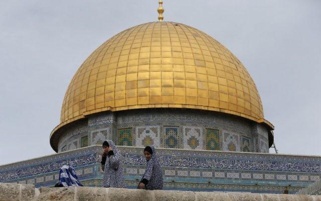 Des Palestiniennes devant le Dôme du Rocher dans l'enceinte de la mosquée Al-Aqsa, à Jérusalem avant la prière du vendredi, le 23 octobre 2015. (Crédit : AFP PHOTO / AHMAD GHARABLI)