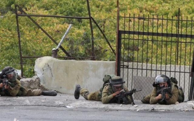 Des soldats israéliens pendant des affrontements le 23 octobre 2015. (Crédit : AFP/HAZEM BADER)