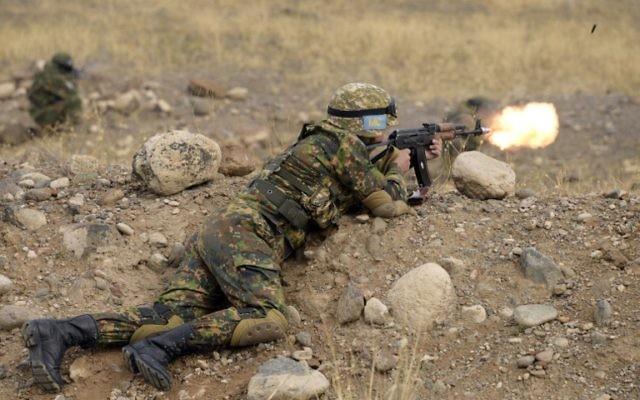 Un soldat de l'unité de Swat du ministère arménien de la Défense tire pendant des exercices militaires en dehors de la capitale de l'Arménie Erevan le 3 octobre 2015 (Crédit : AFP PHOTO / KAREN MINASYAN)