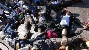 Les victimes se trouvent dans la rue après une explosion dans la gare principale dans la capitale Ankara en Turquie, le 10 octobre, 2015. (Crédit : AFP PHOTO / FATIH PINAR)