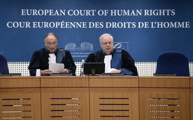 Le Président de la Cour européenne des droits de l'homme (CEDH) Dean Spielmann (D) à la Cour européenne des droits de l'Homme à Strasbourg. (Crédit : AFP PHOTO / FREDERICK FLORIN)