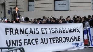 Le président de l'Union française des étudiants juifs (UEJF) Sacha Reingewirtz parle lors d'un rassemblement appelé par l'UEJF, devant l'ambassade israélienne le 18 octobre, 2015 à Paris, en soutien à Israël (Crédit : AFP PHOTO / FRANCOIS GUILLOT)