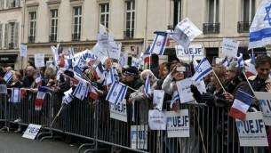 Des manifestants au rassemblement organisé par l'UEJF pour soutenir Israël durant la vague de terreur, à Paris, le 18 octobre 2015 (Crédit : Glenn Cloarec/Times of Israel)