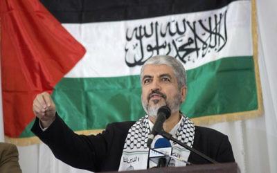 Le chef politique du Hamas, Khaled Meshaal, pendant un rassemblement du Congrès national africain en l'honneur du Hamas au Cap, en Afrique du Sud, le 21 octobre 2015. (Crédit : Rodger Bosch/AFP)