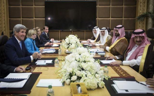Le secrétaire d'Etat américain John Kerry (à gauche) a rencontré le prince héritier Mohammed ben Nayef d'Arabie saoudite (à droite) à Diriyah Farm, en Arabie saoudite, le 24 ctobre 2015. Le secrétaire d'Etat américain John Kerry s'est rendu en Arabie saoudite pour des entretiens avec le roi Salman qui devraient se concentrer sur le conflit en Syrie  (Crédit : AFP PHOTO / POOL / CARLO ALLEGRI)