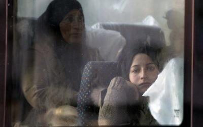 Migrants et réfugiés, principalement en provenance de Syrie, assis dans un bus à la Porte de Saint-Ouen dans le nord de Paris, le 2 octobre, 2015. (Crédit : AFP PHOTO / JOEL SAGET)