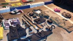Un cache d'armes trouvée par les troupes de l'armée israélienne à Tlat, une ville au sud de Qalqilya en Cisjordanie, le 26 octobre 2015 (Crédit : Unité des portes-paroles de Tsahal)