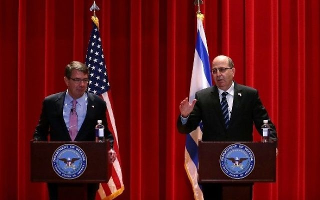 Ashton Carter, à gauche, et Moshe Yaalon à l'Université nationale de la Défense à Washington, le 27 octobre 2015. (Crédit : Alex Wong/Getty Images/AFP)