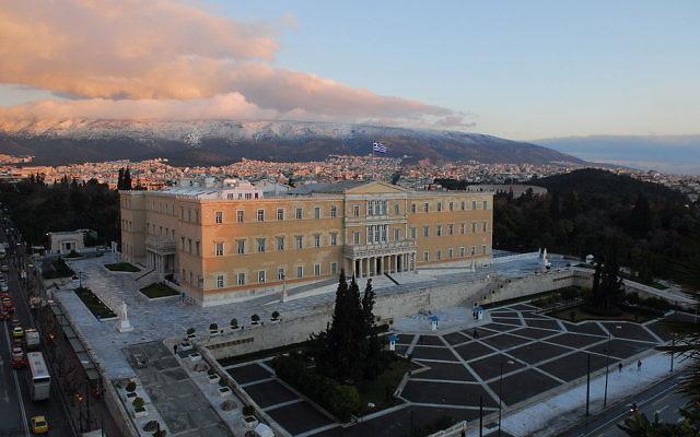 Le bâtiment du Parlement à Athènes, Grèce (Crédit : Gerard McGovern/Creative Commons/Wikipedia)