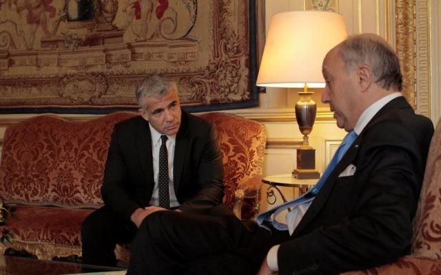 Rencontre entre le ministre des Affaires étrangères français et le dirigeant de Yesh Atid, Yair Lapid, à Paris le 23 octobre 2015 (Crédit : Facebook)