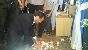 Le chef de l'opposition, Isaac Herzog, allume une bougie sur le site où Nehemia Lavi et Aharon Benett ont été poignardés à mort dans la Vieille Ville la semaine dernière. Herzog s'est rendu dans la Vieille Ville de Jérusalem, le jeudi 8 octobre 2015 (Photo: La page Facebook d'Isaac Herzog)