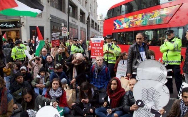 Les manifestants du groupe London Palestine action bloquent une rue centrale à Londres lors d'une manifestation pro-palestinienne, le samedi 17 octobre, 2015. (Crédit : page Facebook Londres Palestine action)