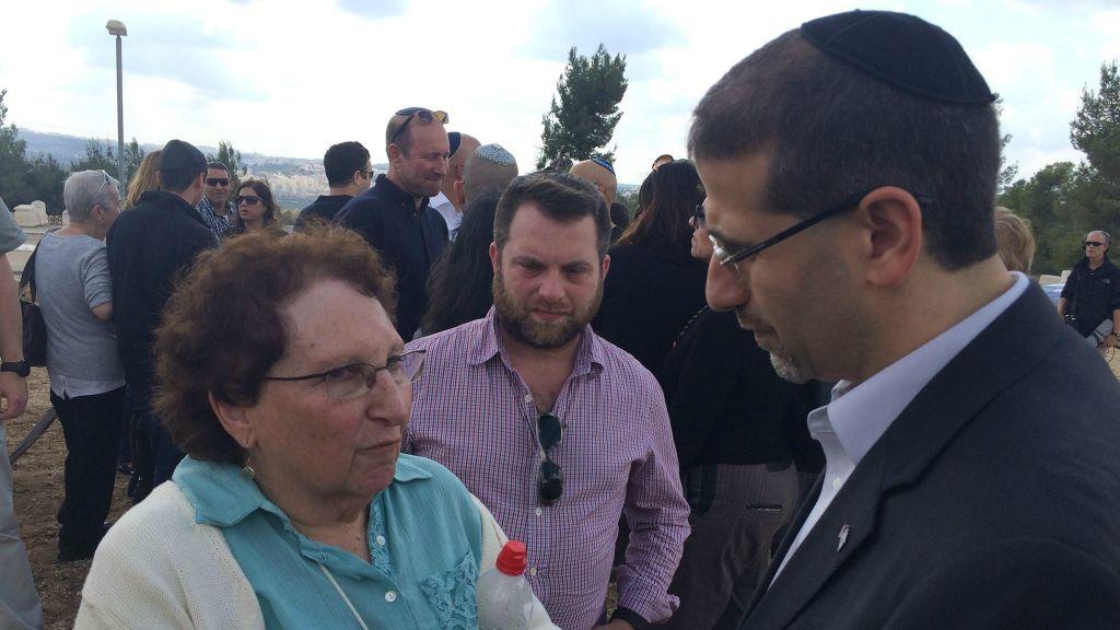 L'ambassadeur américain en Israël Dan Shapiro (à droite) parle avec Karen Lakin aux funérailles de Richard Lakin, le 28 octobre 2015 (Crédit : Renee Ghert-Zand / TOI)